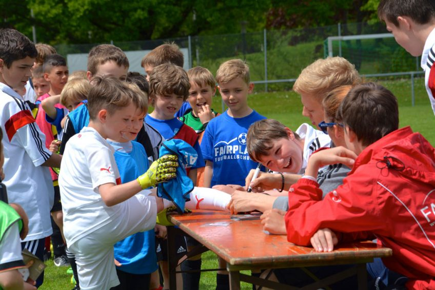 VfB Profi Timo Baumgartl beim Pfingstcamp der VfL Fußballschule Fair Play