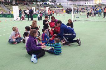 400 Kinder kicken an den Fair Play Stationen