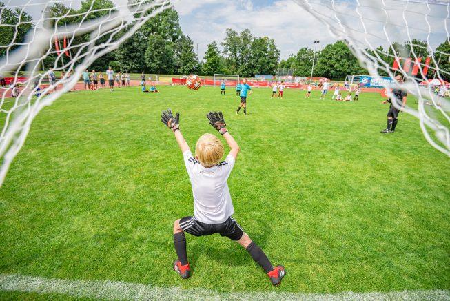 Geht der Ball rein oder pariert der Torwart? Szene beim Siebenmeterschießen der 6- und 7Jährigen
